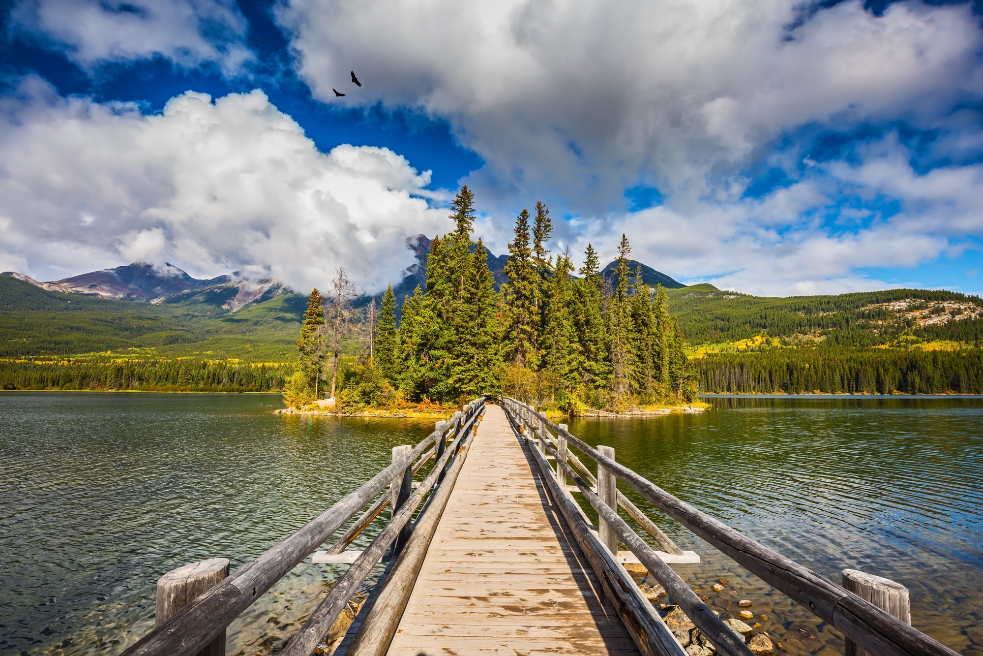 pyramid lake loop - hiking in Jasper National Park